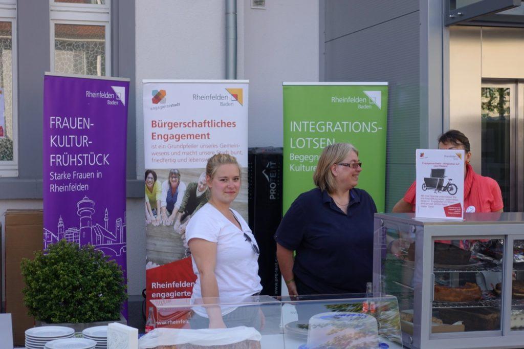 Kuchenverkauf durch das Netzwerk Ehrenamt der engagierten Stadt Rheinfelden (Baden)