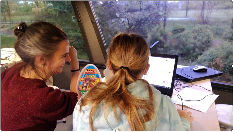 In die Arbeit am Computer vertieft sind 2 Schülerinnen